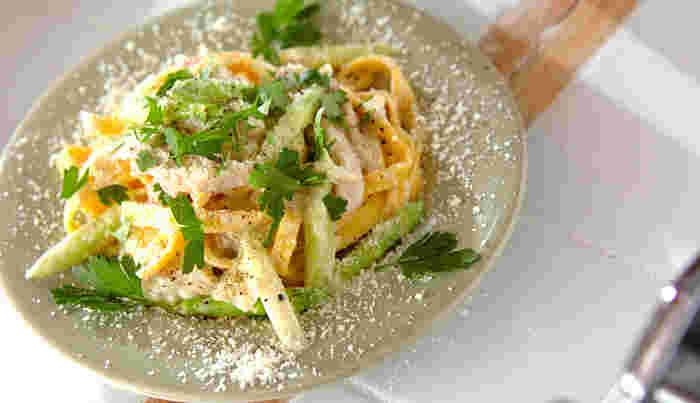 ニンジン入りの生パスタを使った彩りも綺麗なひと皿。カルボナーラといっても、こちらは卵を使わず、バターと小麦粉、生クリームなどでベシャメルソース風に仕上げます。具沢山なので満足感もありますね。