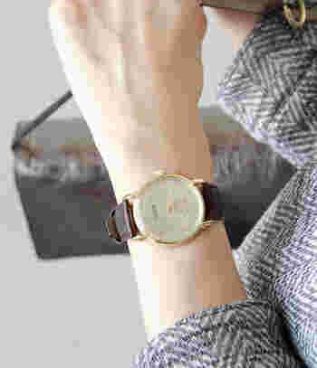 時計らしいシンプルさを湛えた盤面デザインは街歩きなどのカジュアルなシーンやビジネスシーンなど様々なシーンに対応してくれます。一つ持っていると安心できるデザインの時計ですね。