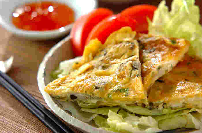 台湾屋台の味に挑戦してみませんか。牡蠣が入っているオムレツ「蚵仔煎(オアジェン)」風卵焼きです。スタミナたっぷりで元気になるメニュー。簡単に作ることが出来るので、晩ご飯のおかずのあと一品にしても◎。スイートチリソースが食欲をそそります。