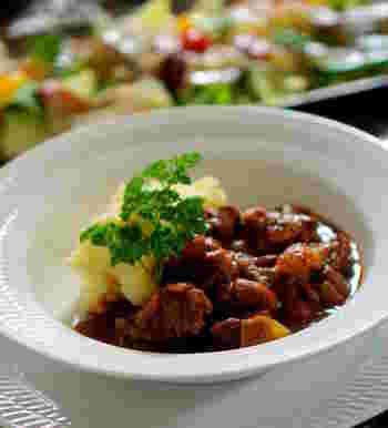 下茹でした牛すじ肉と下茹でした金時豆を使ったチリコンカンは、牛肉のうまみが溶け込んで、うまみたっぷり。付け合わせにはマッシュポテトがおすすめ!