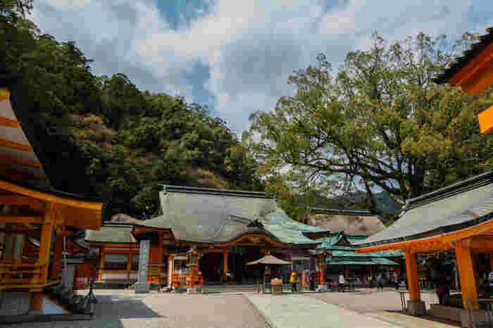 熊野那智大社の境内は荘厳で静謐な雰囲気が漂っています。社が創建されてから現代まで、何万人の人々が、ここへ巡礼に訪れたのか、想いを馳せずにはいられなくなります。