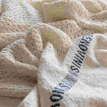 夏の肌にやさしく馴染むコットン100%のブランケット。ふんわりと織られたコットンは、適度に空気を含み湿気がこもりにくくなっています。