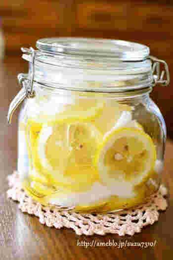 しっかりと水洗いしたレモンを薄切りにして、煮沸消毒して乾かした保存瓶にまずは半分ほど入れます。上から上白糖、そしてはちみつを順番に繰り返しいれて、常温で一晩置いたら完成です♪これでレモネードなどのドリンクも作れますが、実はさっぱりとしたスイーツを作る時にもとっても便利なんですよ♪