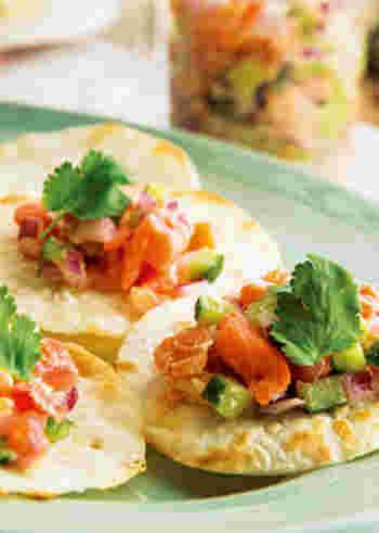 餃子の皮を焼いて、サーモンのハワイ風マリネをのせカナッペ風に。彩りもきれいで、とてもおしゃれな前菜やおつまみです。餃子の皮は、具材をトッピングするにもちょうどいい大きさですね。