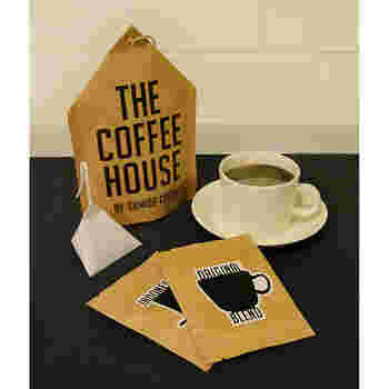 【THE COFFEE HOUSE by すみだ珈琲 コーヒーバッグセット】 墨田区錦糸町の有名珈琲店のスペシャリティコーヒーが、自宅で楽しめるよう加工されたコーヒーバッグセット。世界最高峰のコーヒー豆をセレクトした5種類の詰め合わせは、個性豊かでとても贅沢な内容。ティーバックのようにお湯を注ぐだけという手軽さもありがたい。忙しい日常で、'適度に手抜きしつつ、気分よく過ごしたい'という現代人の些細な願いをそっと叶えてくれます。
