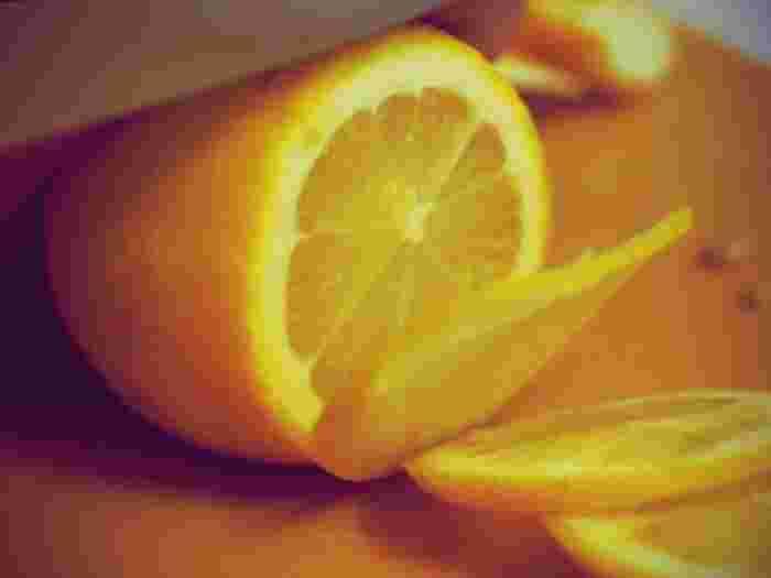 檸檬やオレンジなどの柑橘類や、お漬物などの塩分や酸性の強い食品を切った時は、なるべく早く包丁を洗いましょう。放置しているとサビや、変色の原因になることがあります。 ※こちらの画像の包丁は、有次のものではありません。