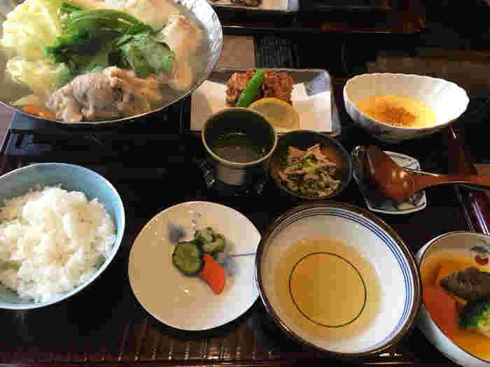 ランチで大人気の「水たき御膳」は、水炊き小鍋・小鉢2品・ご飯・香物・デザートが付いた充実のラインナップ。赤鶏を丸鶏のまま仕入れているため、鮮度も抜群。プリッとジューシーな鶏肉とコクのあるスープが堪りません!
