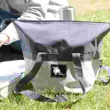 3段ランチボックスがセットになった保冷機能付きバッグです。3段に分かれたランチボックスは、たっぷり入るファミリーサイズで、運動会やピクニックに大活躍♪長めのショルダーで肩掛けもしやすく持ち運びも便利です。