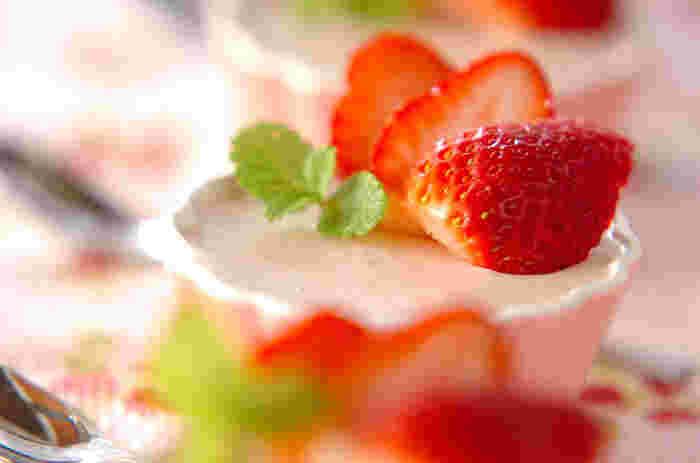 しっかり濃厚な味わいのパンナコッタ。イチゴのフレッシュさと生クリームのコクがよくマッチします。ほんのりピンク色も可愛らしいですね。