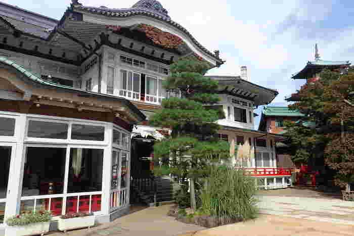 1891(明治24)年にできた「本館」をはじめ、「西洋館」「花御殿」「別館 菊華荘」が、国の登録有形文化財となっている「富士屋ホテル」は、1878(明治11)年に創業し140年もの歴史があります。歴史に名を残している、海外からの著名人も多く滞在したホテルです。