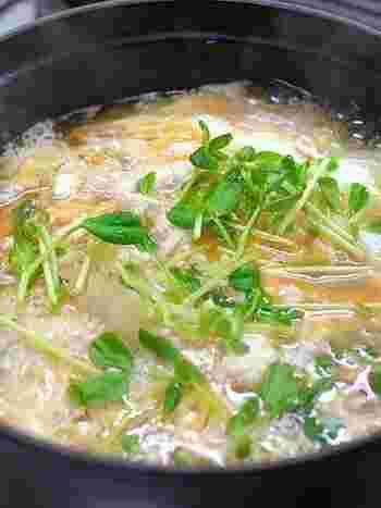 白菜とササミをコトコト煮込んで、仕上げに溶き卵をかけて出来上がり。ストウブで作ると、白菜の水分がたっぷり出て、深い味わいのスープになりますよ。