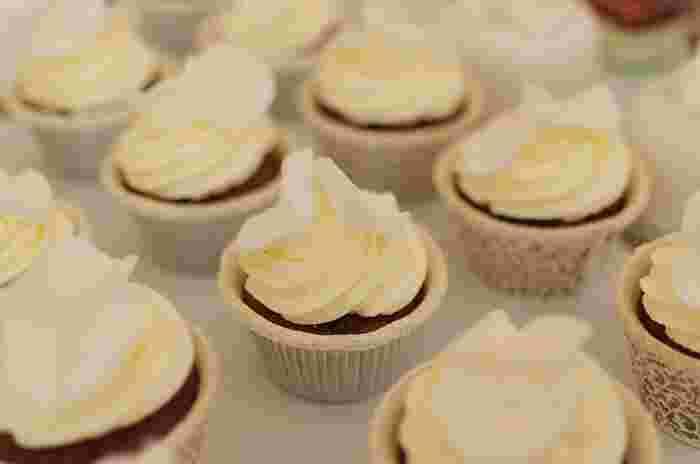 いつものカップケーキも、ひとつひとつクリームをデコレーションすればスペシャル感あふれるプチケーキに変身します。