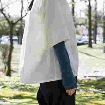 全長約30cmのショートアームカバー。肘の手前くらいまで覆ってくれる長さで、ささっと気軽に付けられます。縫い代のない丸編み製法による伸縮性のある生地で、ふんわりと柔らかな使い心地。通気性もバツグンで、紫外線をしっかりカバーしながらも涼しく過ごせます。  合わせる洋服を選ばないベーシックなカラーバリエーションも魅力的。