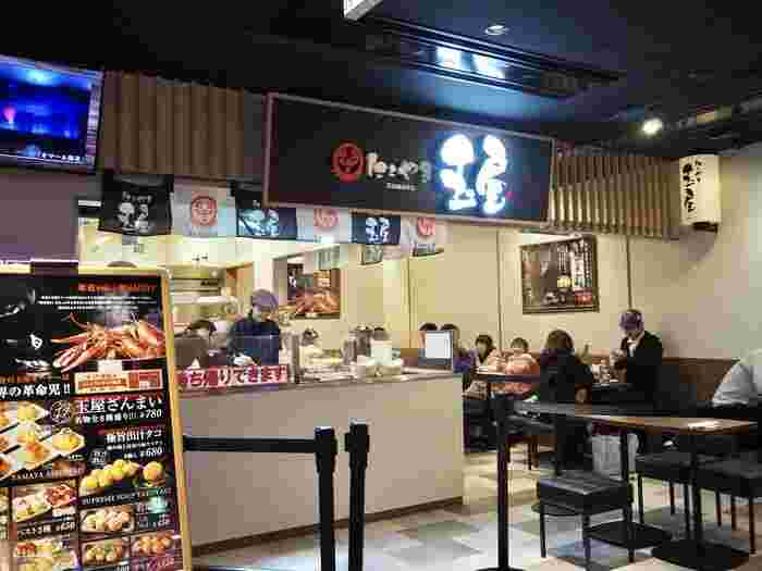 人気施設だった「大阪たこ焼きミュージアム(旧名称)」が、既存5店舗、上記でも紹介した、会津屋、道頓堀 くくる、あべのたこやき やまちゃんの他、大阪アメリカ村 甲賀流、十八番の改装に、新たに食べくらべゾーンや、新店の「たこやき玉屋」を加え、2018年3月にグランドオープンした施設です。観光スポットがいっぱいの大阪。せっかく来たけど食べ歩きの時間がない方はこちらに立ち寄って、人気店の味を食べ比べしてみてはいかがでしょうか。