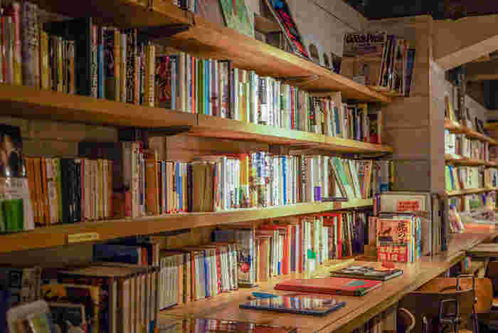 渋谷駅から歩いて7分ほどの道玄坂にある『森の図書室』は、名前のとおり壁一面に沢山の本が並んでいる、まさに本に囲まれたブックカフェ。お酒や食事、コースメニューなどもあり、静かに本を読む空間というよりは、逆にお喋りができる図書館のような楽しみ方ができます。