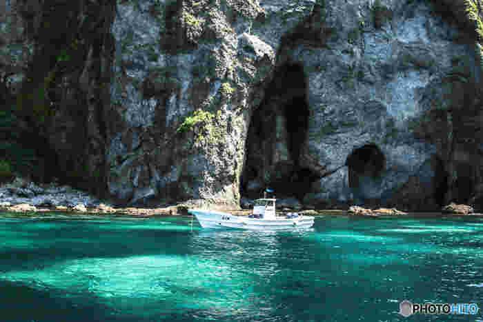 積丹の海にある「青の洞窟」では、青の洞窟でシュノーケリングが体験できます。小学生以上、身長120cm以上であれば子供でも参加OKです。記念に水中写真を撮ることもできますよ!