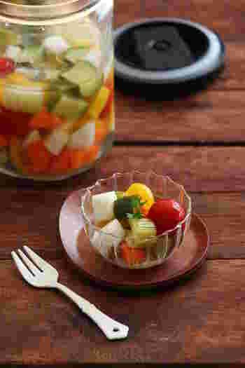 切り方を角切りにすると、可愛らしいピクルスになりますね。保存した瓶からも野菜の色合いがよりきれいに見えます。はちみつを使うことでほんのり甘いピクルスです。