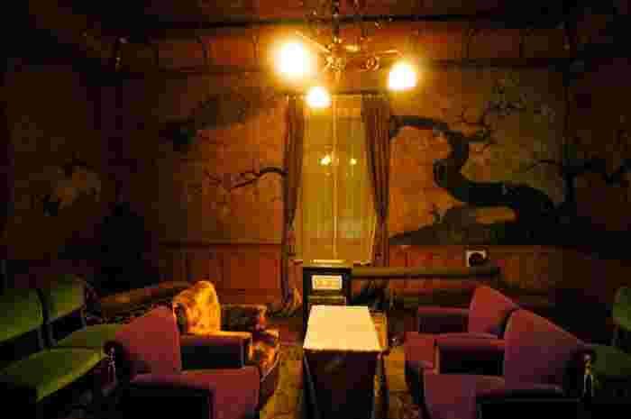 明治31年に建てられた洋館2階にある一室は、伊藤博文、小村壽太郎、桂太郎と有明が、日露開戦を決定した「無鄰菴会議」が開かれた歴史的な場所です。  江戸初期の狩野派の絵師による障壁画、花鳥模様の格天井で飾られているこの部屋は、調度品も当時のままに残り、洋館の1階では、有明が愛用した品々が展示されています。