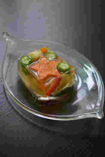 固まった後の見た目を考えて型に具材を入れていくのも寒天寄せづくりの楽しみのひとつ。型から出してそのままお皿にのせたり、切り分けて断面を楽しむ方法などもあります。透明な容器に入れて、型ごと食卓に運ぶスタイルも♪いろいろなアレンジに挑戦して食卓を素敵に彩ってみましょう。