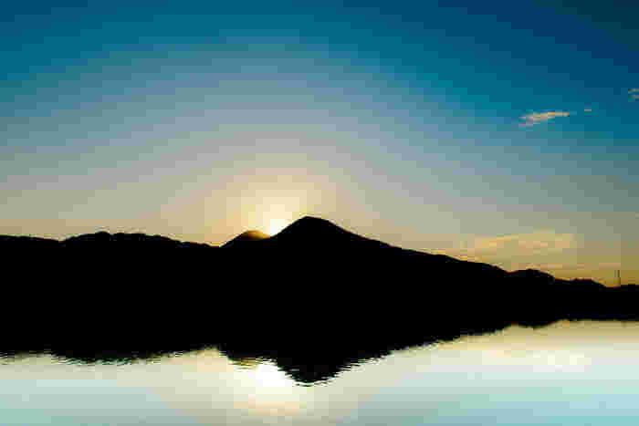 千股池は、夕陽の名所でもあります。仲良く寄り添う二つの頂の間に太陽が沈みゆく様子は、神々しいほど美しく、いにしえより二上山が「聖なる山」と崇められた理由がわかるはずです。