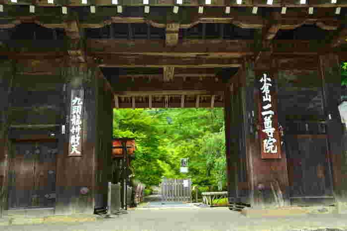 """小倉山山麓の「小倉山 二尊院」は、「天龍寺」、「大覚寺」とともに、""""嵯峨三名跡""""に数えられる天台宗の寺院。 【画像は、伏見城の「薬医門」を移築したと伝わる「総門」。】"""