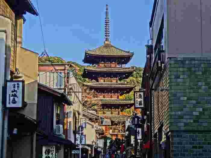 京都東山のランドマーク「法観寺」。 五重塔が主だった建築物のため、通称「八坂の塔」と呼ばれて、古くから親しまれています。