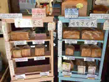 「朝から笑顔に」をコンセプトにする食パン専門店。小田急線の柿生にあり、店内には食感や風味の異なる食パンがズラリと並んでいます。