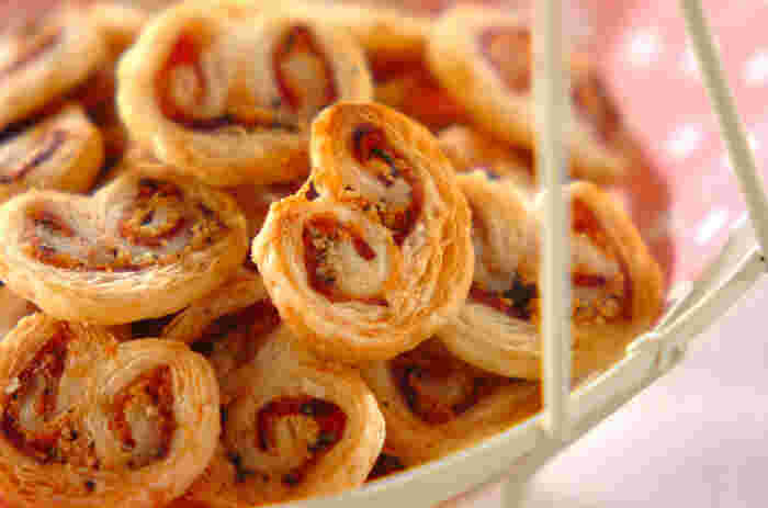 サクッと軽い食感のハートパイは、市販のパイシートを使った簡単レシピ。チーズとベーコンの風味に、ピリッと黒胡椒がきいた大人の味。