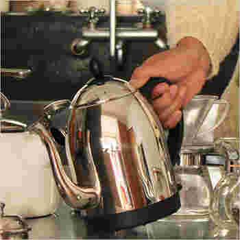 卓上で使うことができる電気ケトルです。すらりとした細い注ぎ口とステンレスの卵のようなフォルムがとてもお洒落です。あっという間にお湯が沸くので、お茶を飲む回数が増えそうです。(11,880円)