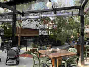 オープンテラスは、木々に守られているような感覚になれる、素敵な空間です。木漏れ日が気持ちよく、ついつい長居してしまいますよ。