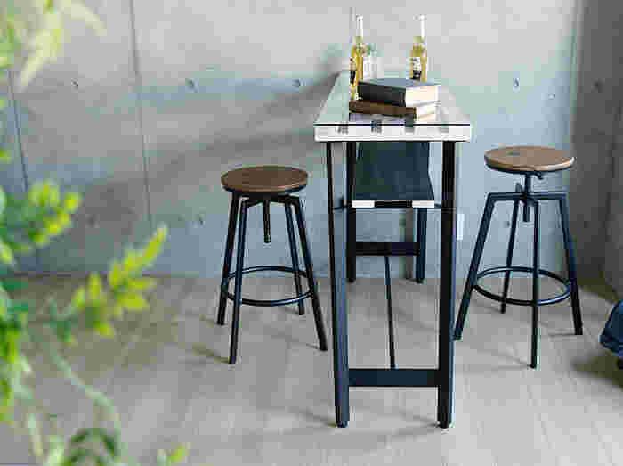 高めのバーテーブルに高めのスツールを合わせれば、まるでお家がバーやカフェのように。テイストを揃えたヴィンテージ感あふれるお部屋作りができます。