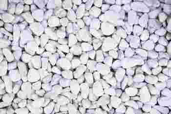 白い玉砂利は水はけもよく隙間を上手に埋めるのにも役立ちます。何より、ぐっとリゾート感が出ます。中途半端に空いた隙間に活用してみてはいかがでしょうか。