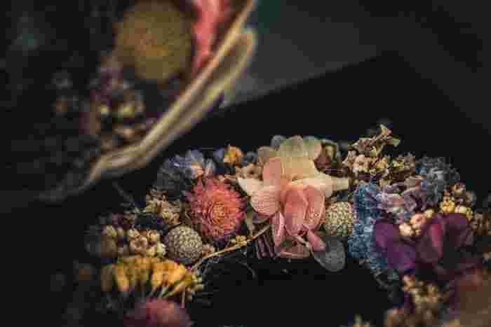 まるで花冠のようなカラーリングも綺麗なリース。生花かと疑ってしまうほど繊細で透明感のある発色なので、お部屋に優しい彩りを添えてくれます。