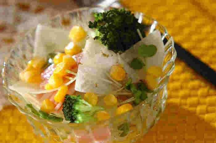 大根、カイワレ菜、ブロッコリー、コーン、ハムで作る彩りの良いサラダ。洋風サラダとしてだけでなく、ドレッシングはお好みのドレッシングを使用できるので、和風にも中華風にも使えて◎。