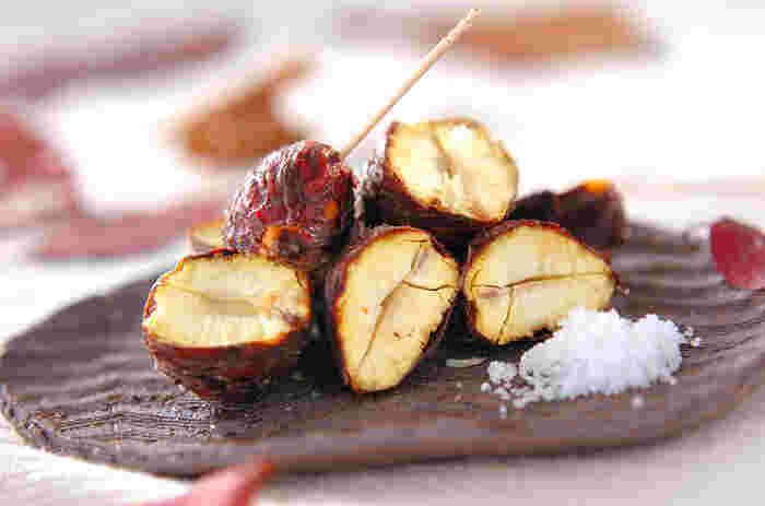 煮たりクリームにしたり、加工が大変な栗。「数粒しか余ってないし、もっと手軽に食べたい」という人は、揚げ栗がおすすめです!渋皮がついたまま揚げることでパリほく食感に。焼き栗や蒸し栗とはまた違った味が楽しめますよ。おつまみにしても◎