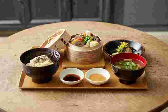 """食事は玄米、野菜、大豆を中心に、一つ一つ丁寧に作られています。食材をまるごと頂く""""ホールフード""""や、材料はもちろん器や生産者にもこだわるなど、日本の""""食""""の魅力を大切にしています。"""