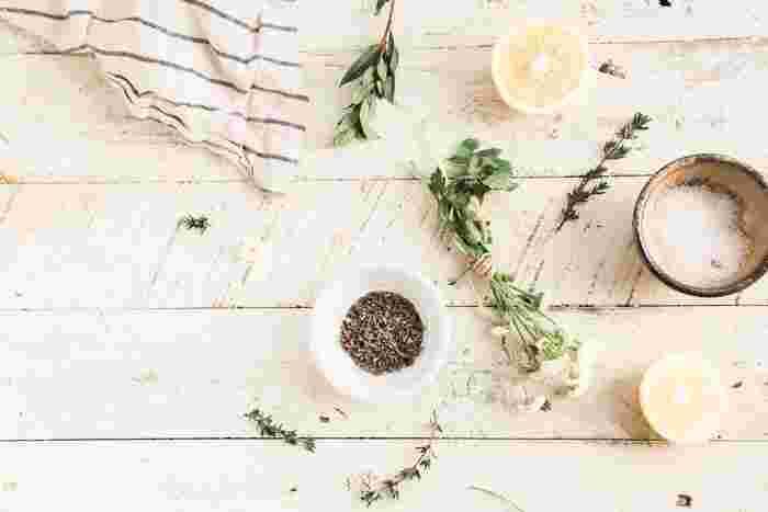 マリネ液の材料はレシピによってさまざま。塩を入れずに醤油を使う場合もあります。スパイスも、こしょうやにんにくなどのほか、入れずに作るレシピもありますので、お好みで調整してみてください。  甘みが欲しいときには、はちみつや砂糖を加えてみて。その他、ハーブを加えてさらに香りをプラスする方法など、自由自在にアレンジ可能です♪