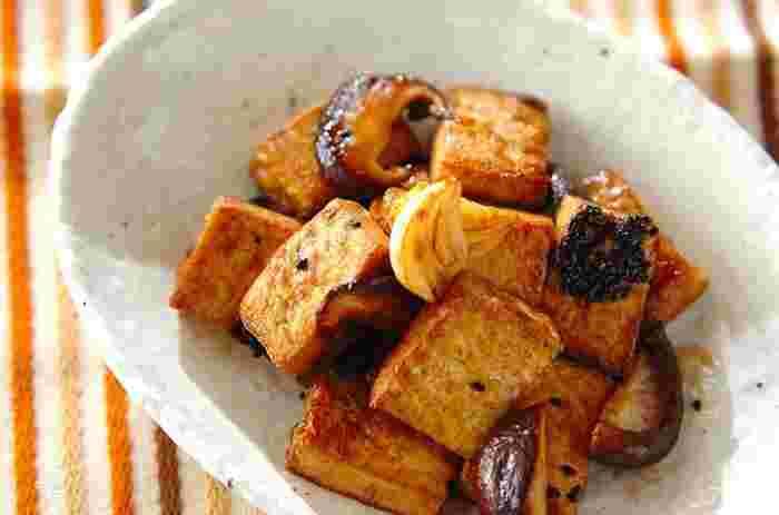 なんと、厚揚げと玉ねぎをバルサミコ酢とはちみつで甘辛く炒めた和洋フュージョンの新しいレシピ。バルサミコ酢は火を入れると甘さが際立ち、奥深い味わいになりますよ。是非試してみてくださいね。