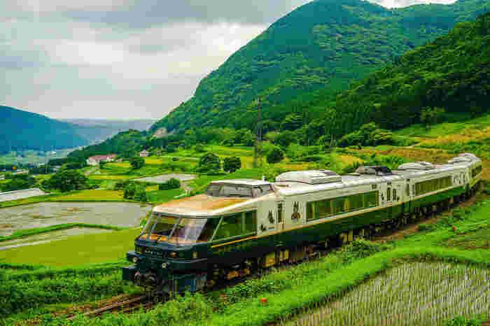 2011年に運行を開始した特急「あそぼーい!」は、豊肥本線熊本~宮地間を運行している特急列車です。(※現在は、熊本地震の影響で期間限定の運行になっています)こちらの列車は、特に子供に乗ってほしい観光列車です。3号車はファミリー車両になっていて、楽しめる工夫がたくさん!