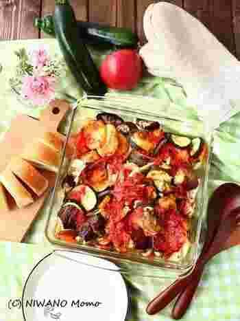 たっぷりのお野菜にトマトとオリーブオイルのソースをかけて、じっくり焼き上げるギリシャの家庭料理「ブリアム」。シンプルですが、オーブンでじっくり焼くことでお野菜の旨味がまして、甘さも引き立ちます。旬のお野菜で、色々アレンジできるのも嬉しいですね。