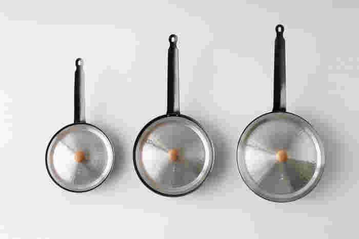 キングパン(画像左から)20cm、24cm、26cm で、ゆき平鍋用のフタ(画像左から)18cm、21cm、24cm と、フタのサイズを2cmフライパンより小さめで合わせるとフライパンの中にフタが沈みます。調理方法によって、フタとフライパンを組み合わせて使えるので、フタも何種類かあると重宝しそう。