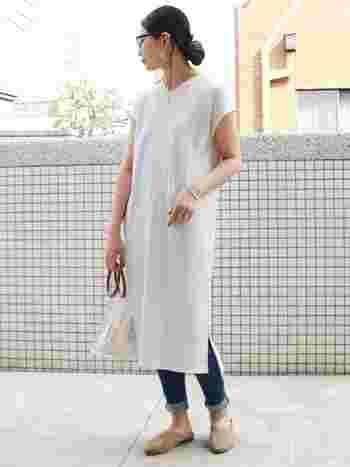 こちらはホワイトのワッフルワンピースを主役にした爽やかな大人カジュアル。デニムの裾はきっちりと、細めの幅に折り返すことでキレイめな印象に仕上がります。淡いトーンでまとめた上品な配色も、大人っぽい雰囲気で素敵ですね。