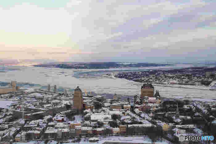 1957年に、カナダのトロントにて創業したカナダグース。「メイドインカナダ」にこだわった確かな防寒力とスタイリッシュなデザインは、カナダはもちろんのことシベリアやアラスカといった極寒地の人々にも支持を得ています。