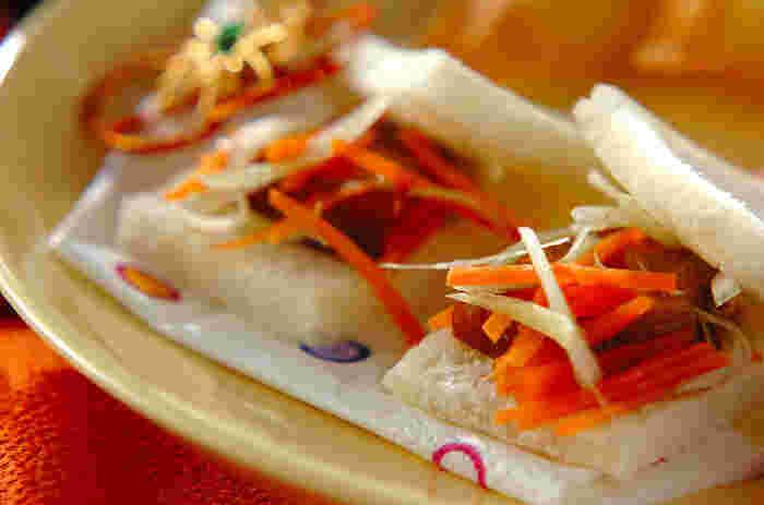白髪ねぎと人参の紅白の彩りが美しい、ひと口サイズの角煮サンドです。パーティーのフィンガーフードとしても見栄えしそう。