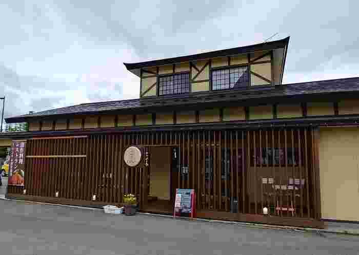 会津民族館のそばにある「三茶cafe」は、お蕎麦屋さんの一角に設けられたカフェです。和モダンな外観が目印です。