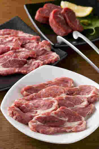 通販サイトでは、穀物で育てる「グレインフェッドラム」をはじめ、プレミアムラム、柔らかなフィレなどさまざまな部位が楽しめます。タレが別売りになっている商品もあるので、タレ以外の味やレシピも楽しみたい、お肉だけ多めに購入したい、という方にも利用しやすいですね。 ※写真はお店で提供しているお肉です。