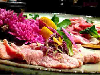 豚しゃぶにゆでた食用菊を巻き込んだレシピ。菊のほのかな苦味と香りが、お肉をワンランク上の味わいにしてくれます。
