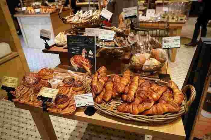 ここで食べることができるのは、フランス最優秀料理人賞であるMOF受賞シェフ「ジャン・フランソワ ルメルシエ」の技術を受け継ぐパンです。全50種類以上あるそれぞれの、小麦の産地や使用食材にもこだわった贅沢なパンを堪能することができます。