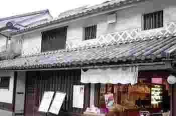 人気の町家カフェ「くらしき桃子」。倉敷珈琲館の並びに店舗があります。フルーツ王国ならではの、地元の旬の果物をたっぷり使ったパフェやケーキ、ジェラートが人気の店です。