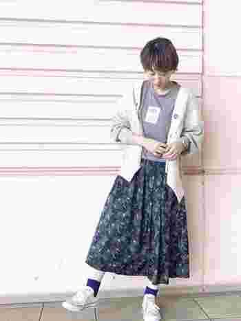 ふわっとしたシルエットのスカートには引き締め効果のある濃い青色の靴下が大活躍。青色の靴下をあわせれば、花柄やレースのワンピースも大人かわいく仕上がります。